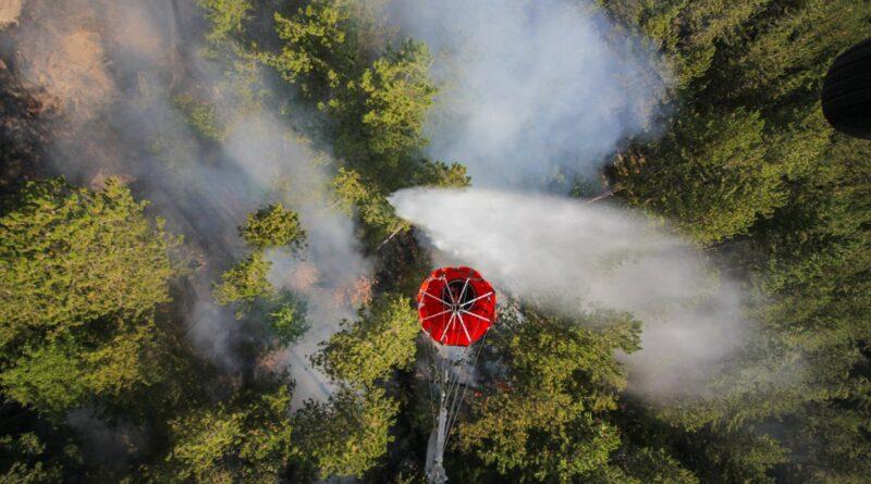 """Пожарът над Югово и Наречен още бушува, вертолет """"Кугар"""" отново в битка с огъня"""